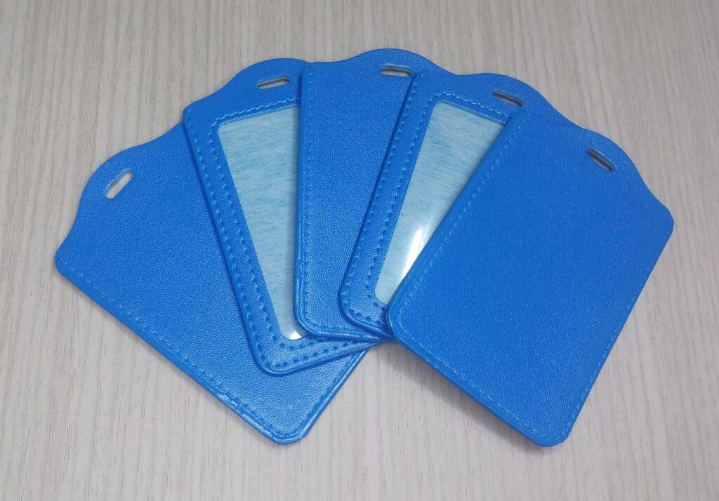 Bao đeo thẻ da đứng xanh dương 1